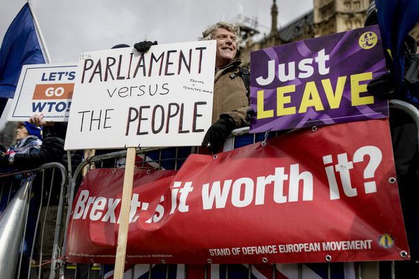 Brexitin kannattajat osoittivat mieltään parlamentin edustalla.