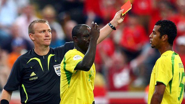 Togon Jean-Paul Abalo Dosseh sai kahden keltaisen kortin johdosta katsella punaista korttia ottelun 53. minuutilla.