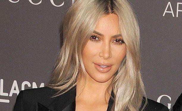 Kim Kardashian otti opikseen jouduttuaan aseellisen ryöstön kohteeksi Pariisissa.