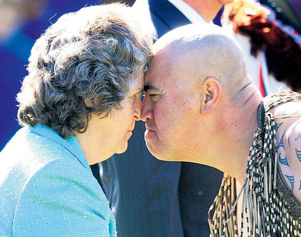 LÄHIKONTAKTI Uruguayn presidentin vaimo Maria Auxiliadora Delgado de Vazquez sai perinteisen maorisotilaan tervehdyksen Uudessa-Seelannissa. Uruguayn presidentti on nelipäiväisellä vierailulla Uudessa-Seelannissa.