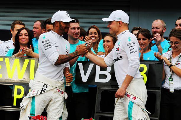 Lewis Hamilton (vas.) on karannut Bottakselta jo 110 pisteen päähän.