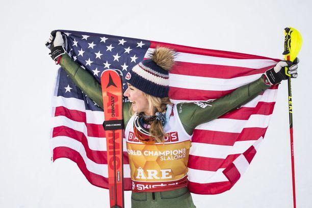 Mikaela Shiffrin juhli pujottelun MM-kultaa Åressa.