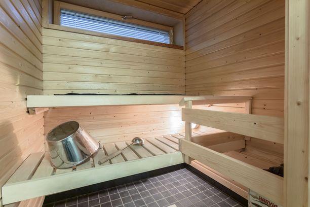 Tilavassa saunassa voi heittää löylyt vaikka kaveriporukalla.
