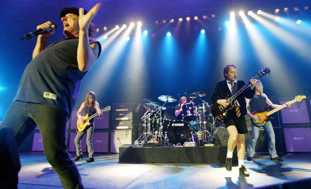 AC/DC kaikalla Saksassa viime vuoden kesäkuussa. Malcolm Young kuvassa toinen vasemmalta.