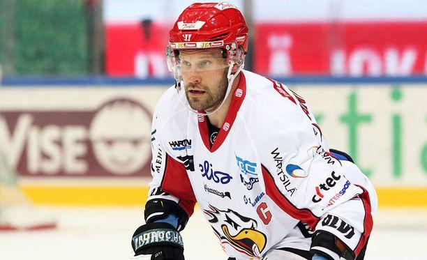 Markus Kankaanperä on vahva vääntäjä maalin edessä.