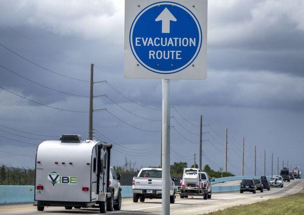 Liikennemerkki näytti evakuointireitin suunnan Key Largossa, Floridassa. Hurrikaanin odotetaan iskevän Floridaan lauantaina.