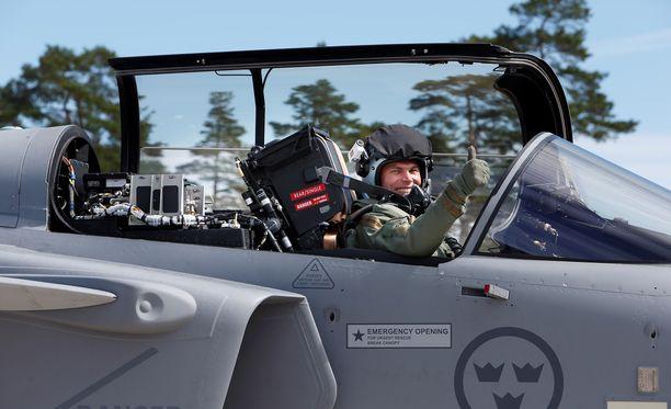 Koelentäjä Marcus Wandt vilkuttaa juhlavieraille ruotsalaisen Saab Gripen E -koneen ensilennolla Linköpingissä. Ruotsalainen monitoimihävittäjä on ehdolla Suomen ilmavoimien seuraavaksi työjuhdaksi. Tutkimuksen mukaan uudet hävittäjät vaativat kuskilta enemmän älykkyyttä mutta vähemmän sorminäppäryyttä eli motorisia taitoja.