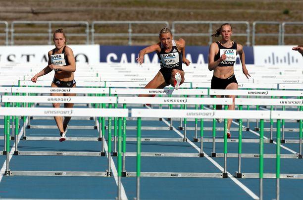 Anni Siirtola (vasemmalla) juoksi oman ennätyksensä Puolassa. Keskellä Annimari Korte.