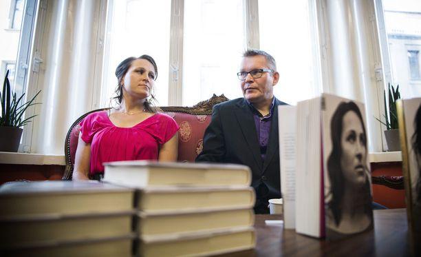Aino-Kaisa Saarisen kirjan kirjoitti palkittu porilaistoimittaja Pekka Holopainen.
