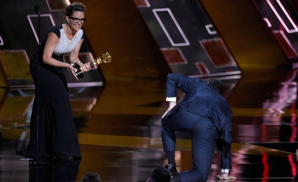 Jon Hamm konttasi lavalle hakemaan palkintoaan. Palkintoa ojensi näyttelijä Tina Fey.