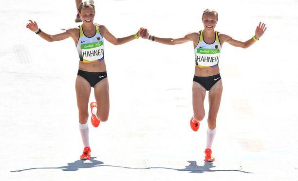 Lisa (vasemmalla) ja Anna Hahner tulivat olympiamaratonin maaliin käsi kädessä.