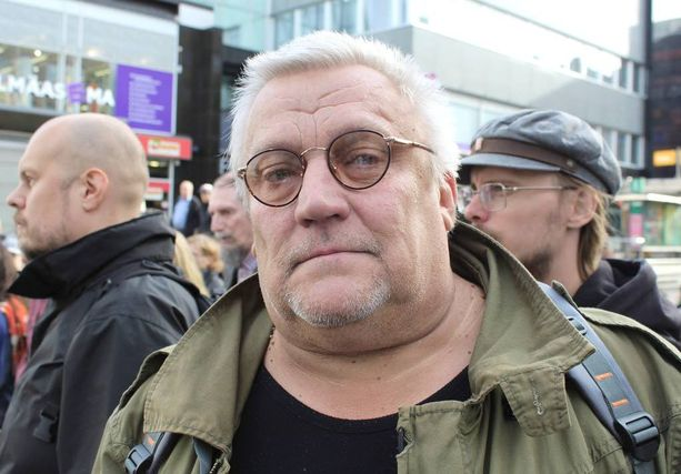 Jyväskyläläisen Mauri Jukarisen mukaan kansa on erittäin vihainen leikkauksista.