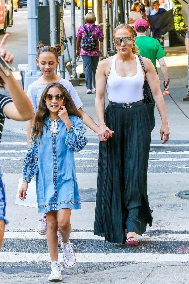 Jennifer Lopez tunnetaan esimerkiksi kappaleistaan Live It Up, Let's Get Loud ja I'm Into You.
