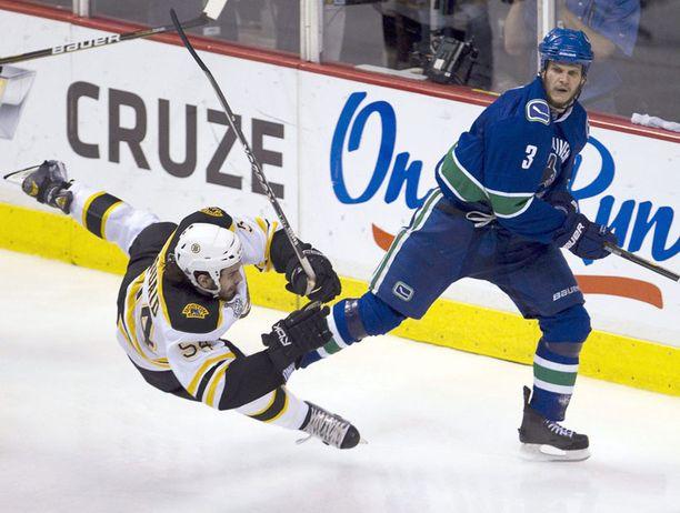 Vancouverin Kevin Bieksa antoi kovan pommin Boston-puolustaja Adam McQuaidille.