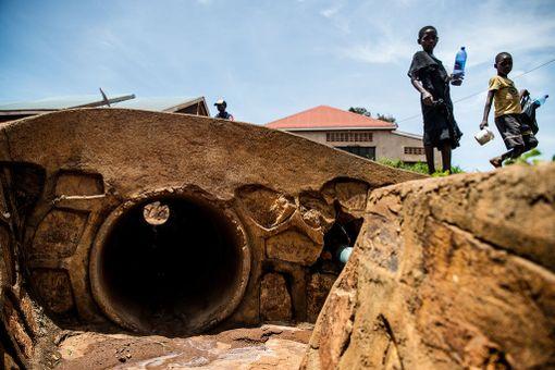 Viemärit ovat yleisiä katulasten nukkumapaikkoja. Sateella nekään eivät anna turvaa, kun vesi tulvii voimalla sisään.Katulapset kohtaavat monia ongelmia. Seksuaalinen hyväksikäyttö, huumeet, alkoholi ja väkivalta ovat arkipäivää. Lapsia käytetään tavaran salakuljettajina, prostituoituina ja apukäsinä erilaisissa aikuisten halveksimissa pikkuhommissa, kuten jätteiden käsittelyssä.