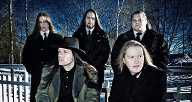 Äkillisesti kuollut Miika Tenkula (takana oikealla) lukeutui Suomen taitavimpiin hevikitaristeihin.