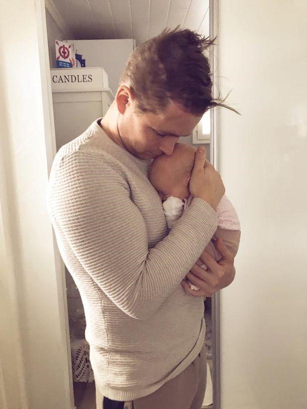 Tuore isä Henry Keisala valmistautuu ensimmäiseen isänpäivään. Isla Amelia sylissään kuvassa vastasyntyneenä 27. syyskuuta.