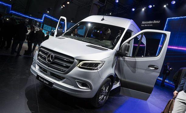 Suositusta Mercedes-Benz Sprinter-pakettiautosta tuodaan ensi vuonna myyntiin sähköversio eSprinter.