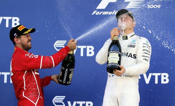 Palkintopallilla Sebastian Vettelin (vas.) tunteet olivat viilentyneet.