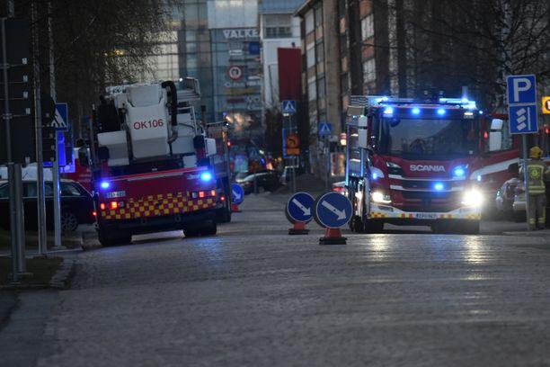 Useita pelastusyksiköitä saapui Oulun Isokadulle puoli yhdentoista aikaan illalla.