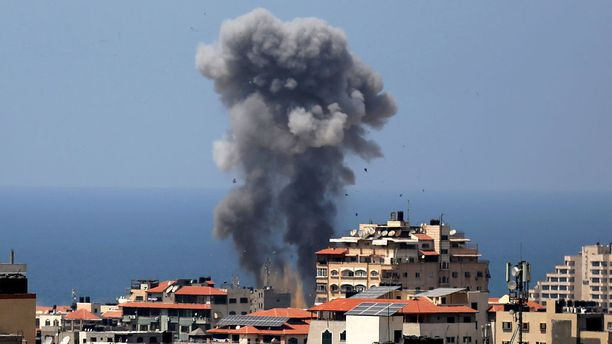 Ilmaiskut osuivat kymmeniin eri kohteisiin Gazassa tiistaina.