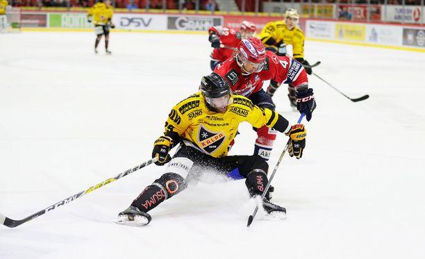 HIFK yrittää katkaista orastavan tappioputkensa KalPan kustannuksella. Kuvassa kiekosta taistelevat KalPan Jerry DŽAmigo ja HIFK:n Oliwer Kaski.