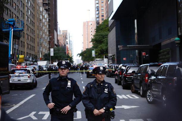 Paikalla on useita poliiseja.