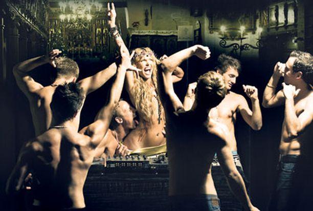 ATEISTI Anu Saagimin mielestä kirkko oli ainut mahdollinen paikka Madonnan konsertin jatkobileille.