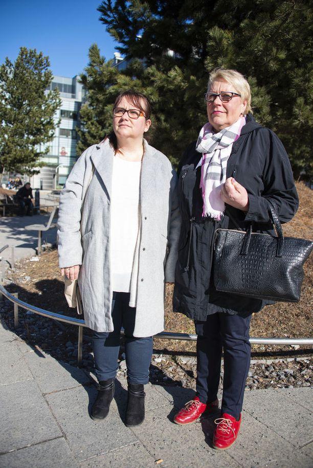 Katri Järvenranta (vas.) ja Anu Herala elävät päivän kerrallaan. Pakollisissa tutkimuksissa käyminen pelottaa joka kerta, sillä kasvaimet uusiutuvat ja saattavat muuttua pahanlaatuisiksi.