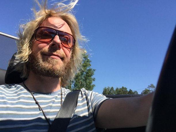 Kimmo Vehviläinen kesällä avoauton ratissa.