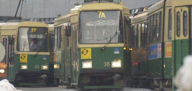 Nämä raitiovaunut jumittuivat Kaisaniemen ja Hakaniemen välille sähköjen katkettua vuonna 2004.