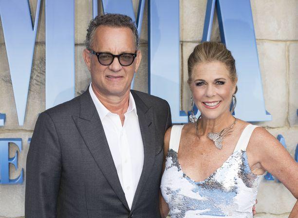 Näyttelijät Tom Hanks ja Rita Wilson edustivat upeina Mamma Mia! -elokuvan jatko-osan ensi-illassa.