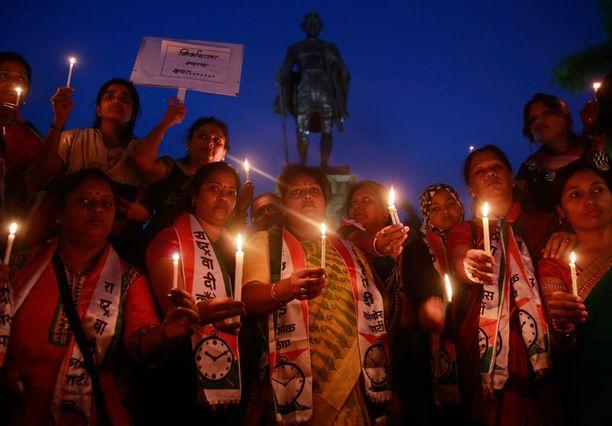 Kynttilämuistotilaisuus Intiassa 2012 raiskatun ja murhatun naisopiskelijan muistoksi New Delhissä. Nyt Intiaa kuohuttaa 8-vuotiaan tytön tapaus.