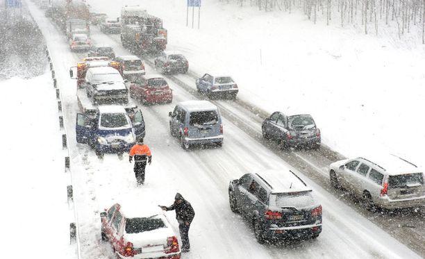 Poliisin mukaan lumisade on saanut ihmiset unohtamaan turvavälin. Kuvituskuva.