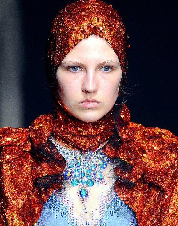Guccin hulppeaa mallistoa tasapainottivat mallien lähes meikittömät kasvot ja vaaleat kulmat.