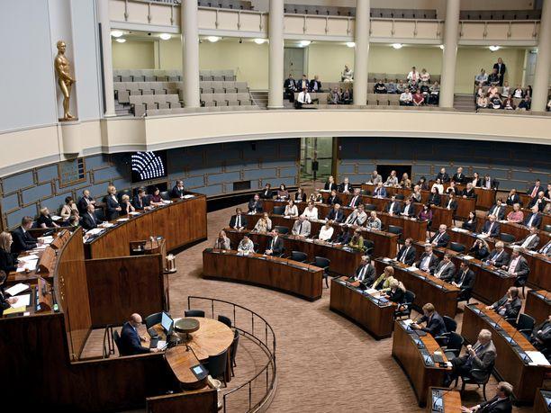 Kansanedustajat kannattavat kellojen siirtelyn lopettamista, mutta ovat erimielisiä siitä, pitäisikö Suomessa siirtyä pysyvään kesäaikaan vai talviaikaan.