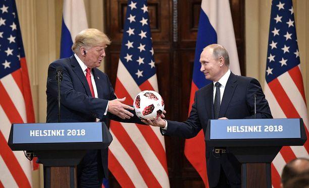 Asiasisällöltään kuulijoita hämmentäneen lehdistötilaisuuden päätteeksi Putin lahjoitti Trumpille jalkapallon, Venäjän isännöimien MM-kisojen hengessä.
