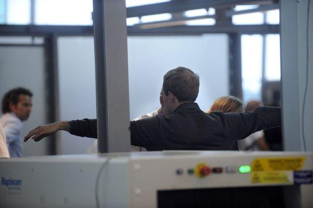 Lentokoneeseen et pääse kulkematta metallinpaljastimen läpi, mutta risteilylaivalle kyllä. Tukholman terrori-iskun jälkeen on pohdittu, pitäisikö Ruotsin-laivojen turvatoimia tiukentaa.