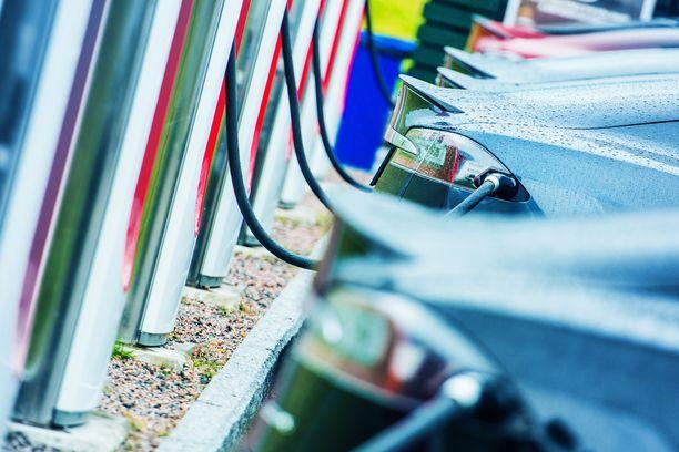 Sähköautot ovat 30 vuoden kuluttua arkipäivää, mutta liikkuvatko silloin veneet ja lentokoneetkin sähköllä?