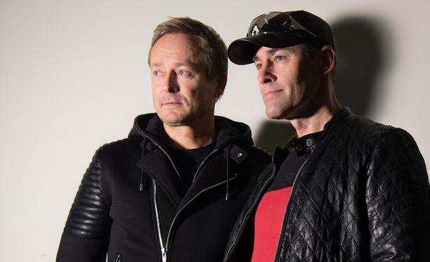 Rami Alangolla ja Jussi Rainiolla on aina vähintään yksi kitara mukana, kun tavataan. Siinä rämpytellessä alkoi syntyä uusi musiikkia.