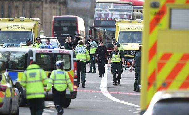 Poliisi on kuollut Lontoossa tehdyssä iskussa.