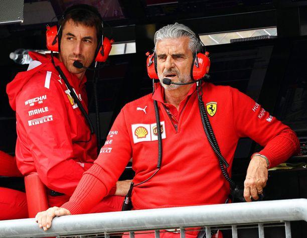 Tallipäällikkö Maurizio Arrivabenellä (oik.) riittää pohdittavaa Ferrarin rengastilanteessa.