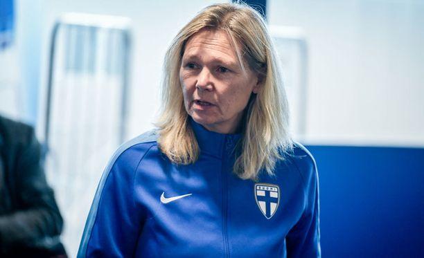 Anna Signeul valmentaa Suomen naisten jalkapallomaajoukkuetta.