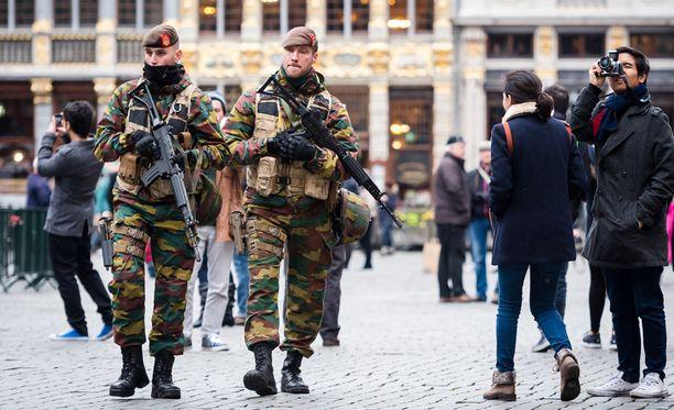 Sotilaita partioi Brysselin Grand Placella perjantaina.