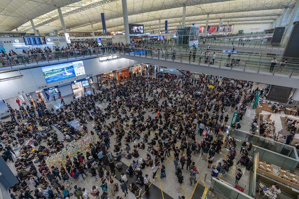 Demokratiaa vaativat protestoijat täyttivät Hongkong lentokenttää 26.7.2019.