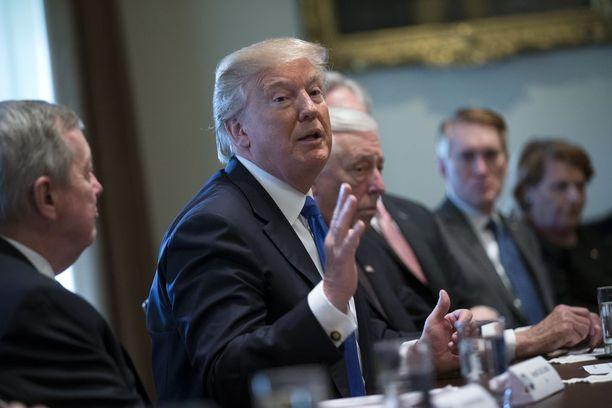 Trump istui tiistaina demokraattien välissä medialle avoimessa neuvottelussa ja näyttäytyi taitavalta työssään.