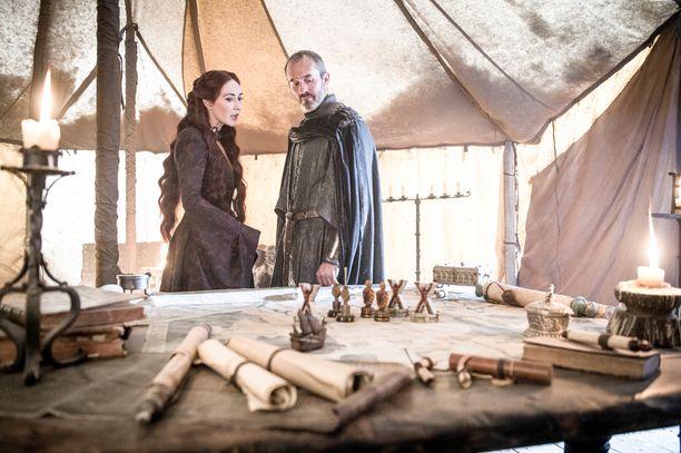 Melisandre ja Stannis Baratheon (Stephen Dillane) hiovat strategiaa.