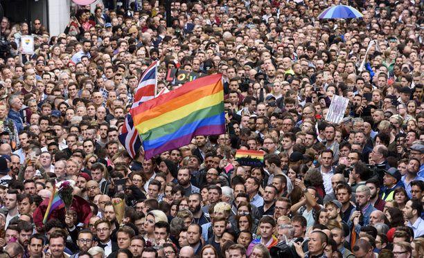 Lontoossa tuhannet ihmiset osoittivat tukensa Pulse-homoklubilla joukkoampumisen uhreille.