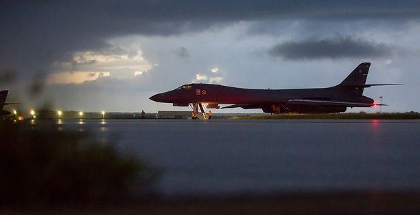 USA:n B-1B Lancer ennen harjoituslennolle lähtöä Guamin tukikohdassa lauantaina.