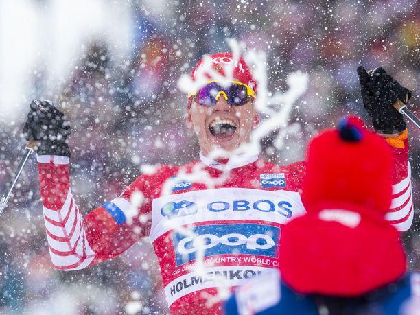 Aleksandr Bolshunov tuuletti villisti voittoaan Holmenkollenilla.